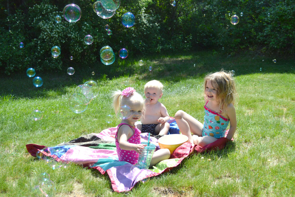 Have a backyard snack picnic as a fun afternoon kids' activity - Mommy Scene